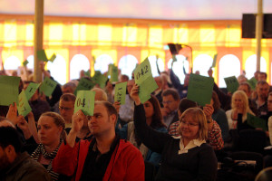 Delegados de la Unión Danesa de la Iglesia Adventista, en una votación. Foto: ANN.